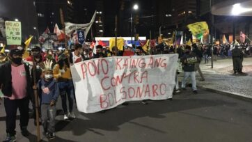 Indígenas se unen a los manifestantes contra el presidente Bolsonaro en Porto Alegre. (Luciano Nagel/Zenger)