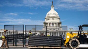 strongTrabajadores retiran la valla de seguridad que rodea el Capitolio de Estados Unidos en Washington, DC, el 10 de julio. La valla de seguridad se erigió a raíz de los disturbios del 6 de enero. (Drew Angerer/Getty Images)/strong