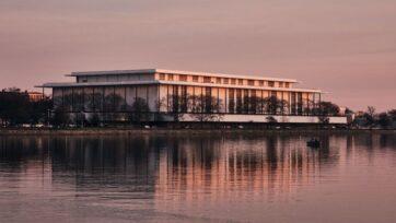 El Kennedy Center para las artes escénicas, localizado en Washington D.C., ha anunciado a los cinco artistas que serán premiados por su trayectoria a finales de año. (Geoff Livingston/flickr.com)