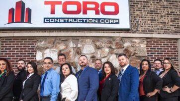 Luis Vásquez (adelante, primero a la derecha), junto a su esposa Socorro, (adelante, segunda a la derecha), su hermano Carlos (adelante y en medio) y el resto del equipo de Toro Construction Corp. posan para la foto. (Cortesía Toro Construction Corp.)