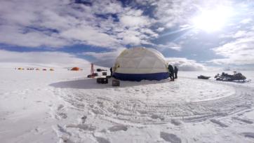 strongEl campo de perforación en el casquete glacial Guliya, de donde se extrajeron los núcleos de hielo. (Cortesía de Lonnie Thompson y el Byrd Polar and Climate Research Center/Ohio State University)/strong