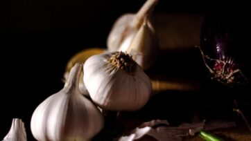 Garlic has many health properties and is an essential ingredient of a variety of dishes. (Michael Pierce/Unsplash)