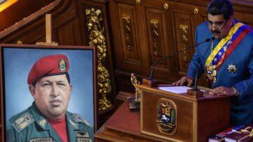 Hugo Chávez es considerado como la figura más importante del 'chavismo', nombrado así por él. En la foto, el presidente actual Nicolas Maduro habla junto a su foto en enero de 2021. (Carolina Cabral/Getty Images)
