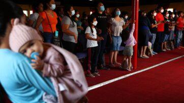 Los albergues para migrantes en Tijuana, México, viven un brote de varicela, además de los problemas por COVID-19. (Mario Tama/Getty Images)