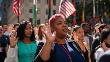 Nuevos ciudadanos estadounidenses recitan el juramento de lealtad durante una ceremonia de naturalización en el Rockefeller Center el 17 de septiembre de 2019 en la ciudad de Nueva York. La comunidad empresarial de Estados Unidos promueve una reforma migratoria para atraer a más trabajadores e impulsar la economía. (Drew Angerer/Getty Images)
