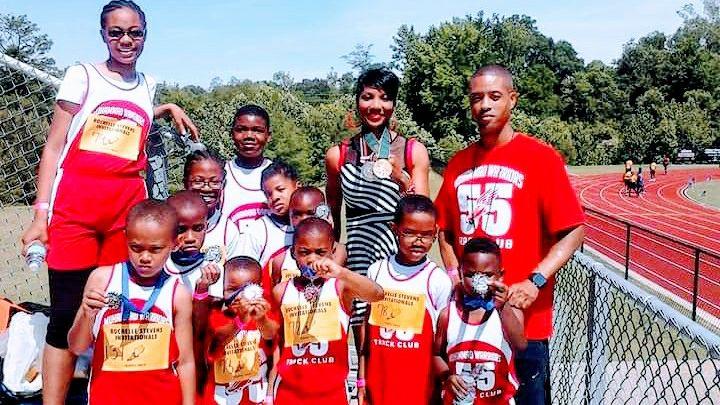 Estrella olímpica 'gana oro' de nuevo al trabajar con niños de zonas empobrecidas de Memphis