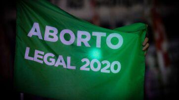 """strongUn manifestante proaborto sostiene una bandera que dice """"Aborto legal 2020"""", en Buenos Aires, Argentina. Varios países latinoamericanos han presenciado manifestaciones y movimientos legislativos para flexibilizar las prohibiciones del aborto y permitir el procedimiento en ciertas circunstancias. (Marcelo Endelli/Getty Images)/strong"""