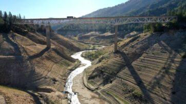 strongEl Enterprise Bridge cruza una sección del lago Oroville en California, que anteriormente estaba bajo el agua. Las autoridades dicen que la planta eléctrica Edward Hyatt, del lago Oroville, podría verse obligada a cerrar en agosto o septiembre si los niveles continúan bajando. (Justin Sullivan/Getty Images)/strong