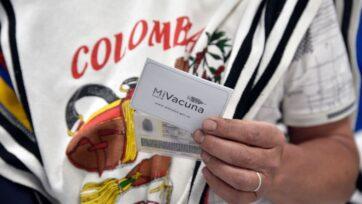 Un colombiano en el pueblo de Nazareth carga su tarjeta de vacunación. Muchos países latinoamericanos enfrentan dificultades para vacunar a sus poblaciones. En muchos casos, quienes tienen la oportunidad de viajar a Estados Unidos a vacunarse la han aprovechado. (Guillermo Legaria/Getty Images)