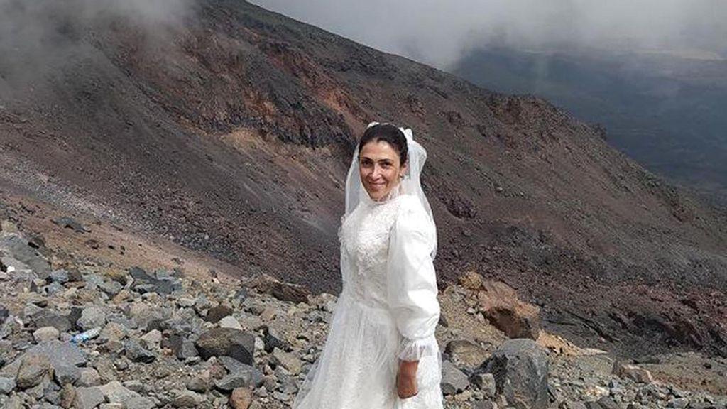 VIDEO: Mujer se casa con la montaña del Arca de Noé en protesta de la violencia de género