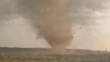 Un fuerte tornado que azotó Andreapol, en la región rusa de Tver, causó la pérdida de tres vidas y daños materiales. (@ gans_g9/Newsflash)