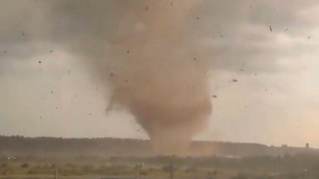 VÍDEO: Tornado de terror: impactantes imágenes de un torbellino mortal
