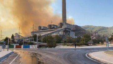 strongUn incendio forestal se extendió cerca de la central térmica de Kemerköy, en el distrito de Milas, en Mugla, Turquía, el 4 de agosto. El incendio se extinguió después de 11 horas. (@muhammettokat48/Zenger)/strong