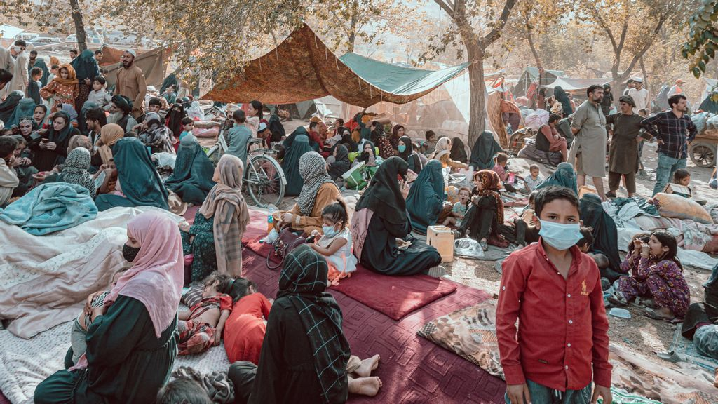 VIDEO: With Nowhere Else To Go, Thousands Flee Taliban Takeover To Kabul Park