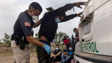 La cuota que los 'coyotes' cobran para cruzar la frontera subió de un año a otro, provocado por el endurecimiento migratorio en Estados Unidos y la pandemia. (John Moore/Getty Images)