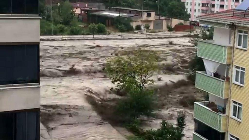 VIDEO: El horror avanza conforme la inundación se traga a la ciudad