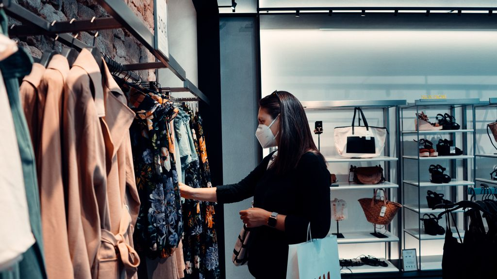 US Retail Sales Down As Supply Chain Issues Loom Over Markets