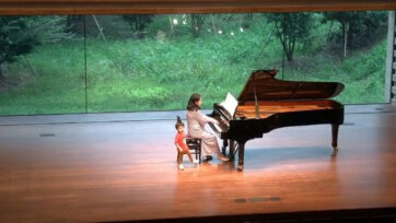 Mie Hirai's 2-year-old son quietly strolls onstage in the middle of her recital. (@hirai_mie/Zenger)