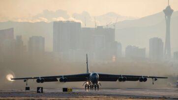 strongUn bombardero B-52H Stratofortress despega de la Base de la Fuerza Aérea Nellis, en Nevada, el 21 de noviembre de 2019. Este avión puede lanzar la B83, la bomba más grande de Estados Unidos. Algunos legisladores opinan que este tipo de arsenal ya es innecesario. (Departamento de Defensa de Estados Unidos/Aerotécnico de Primera Clase de la Fuerza Aérea, Bryan Guthrie)/strong