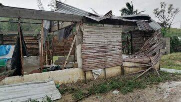 Varias casas, hechas con bambú, techo de Palma o lámina, sufrieron fuertes afectaciones por el huracán Grace. (Cortesía de Luis Méndez)