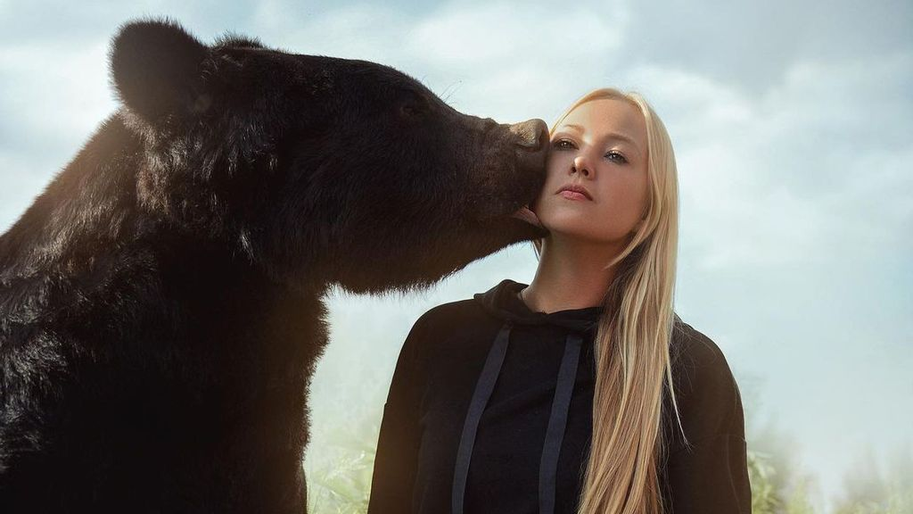 """<p>Veronika Dichka has assumed the role of caretaker of Toptyzhka, given to her by friends who run a safari park and """"weren't able to look after him and didn't need him."""" (@dichkaaaaa/Zenger)</p>"""