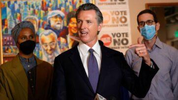 """strongEl gobernador de California, Gavin Newsom, en conferencia ante la prensa el 13 de agosto de 2021, en San Francisco, California, durante la inauguración de su campaña """"Di que no"""", en contra de las elecciones revocatorias. (Justin Sullivan/Getty Images)/strong"""