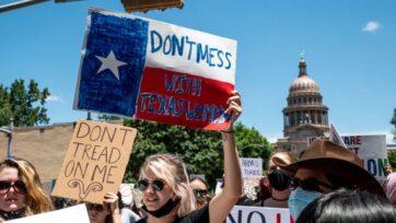 strongLos manifestantes sostienen carteles fuera del Capitolio del estado de Texas, en Austin, el 29 de mayo, en respuesta a la introducción del proyecto de ley que prohíbe los abortos después de que se detecte el latido del corazón fetal. (Sergio Flores/Getty Images)/strong