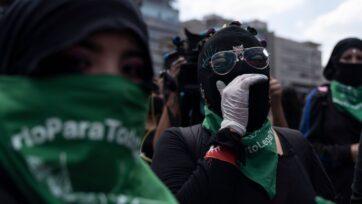 Manifestantes marchan por la descriminalización del aborto en la Ciudad de México, el 28 de septiembre de 2020. (Toya Sarno Jordan/Getty Images)