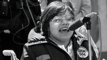 strongJudith Heumann durante el plantón por la Sección 504, frente a las oficinas del Departamento de Salud, Educación y Bienestar en San Francisco, el cual duró casi un mes y donde ella fue una de las líderes. La protesta condujo a la ratificación de la Sección 504 de la Ley de Rehabilitación, la primera legislatura estadounidense que protege los derechos civiles de las personas con discapacidades. (Cortesía de Judith Heumann)/strong