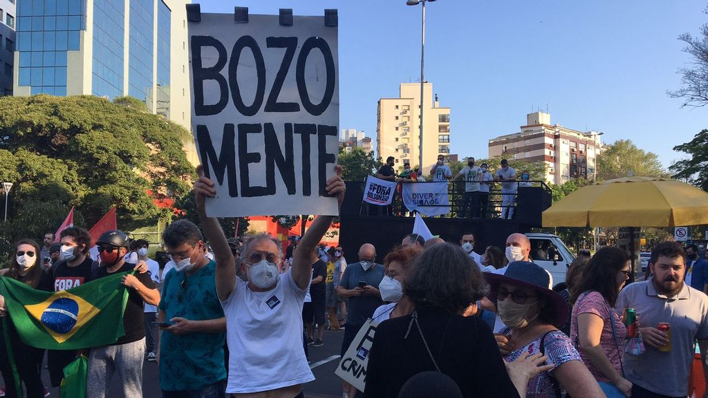 <p><strong>A protester with a sign claiming that Brazilian President Bolsonaro is lying. (Luciano Nagel/Zenger)</strong></p>