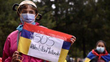 Colombianos se manifiestan contra el gobierno el 29 de julio. Las protestas se estallaron en abril, contra la pobreza, la desigualdad y la brutalidad policial. La sociedad polarizada enfrenta elecciones presidenciales en mayo de 2022. (Guillermo Legaria/Getty Images)