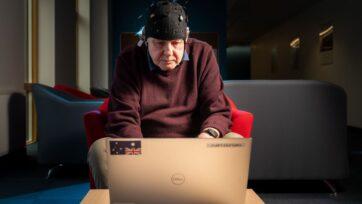 strongUn voluntario equipado con la gorra Fastball EEG participa en la prueba pasiva desarrollada por George Stothart, en la Universidad de Bath, que podría mejorar los diagnósticos tempranos de Alzheimer. (Universidad de Bath)/strong