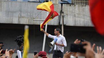 El líder de la oposición venezolana, Juan Guaidó, reconocido por muchos en la comunidad internacional como el presidente legítimo, ondea una bandera en un mitín en Plaza Bicentenario, Maracay, el 26 de abril. (Carlos Becerra/Getty Images)