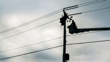 An electric utility worker in Easton, Pennsylvania in 2017.Such traditional networks may one day be replaced by high-tech microgrids. (uAmerican Public Power Association/Unsplash/u)