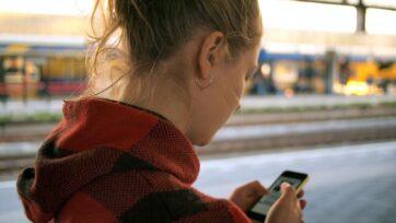 strongEl uso de la aplicación Teen Talk en un teléfono celular brinda a los adolescentes una mayor privacidad y un riesgo mínimo de que sus padres los escuchen, en comparación con el uso de una línea directa tradicional de ayuda. (Daria Nepriakhina/Unsplash)/strong