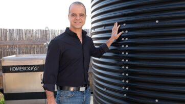 Oshik Efrati, director ejecutivo de HomeBiogas, junto con uno de los sistemas de la empresa. (Cortesía de HomeBiogas)
