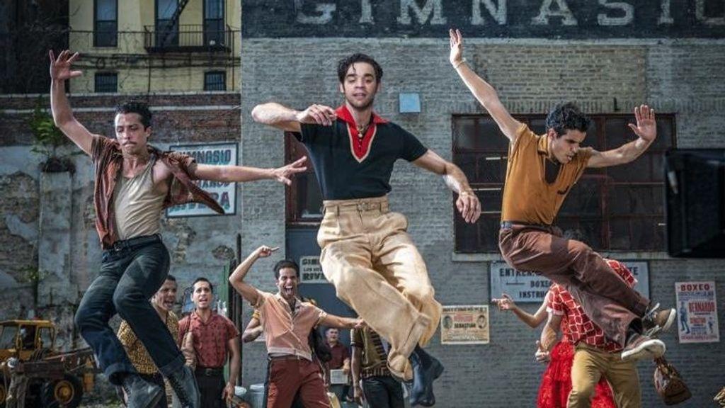 David Alvarez (al centro) representa a Bernardo  en 'West Side Story' (Amor sin Barreras). (EPK.TV)