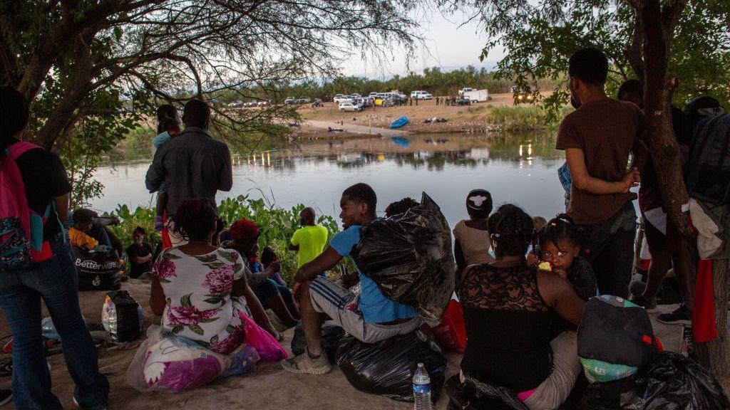 Los haitiano-estadounidenses critican la expulsión masiva de inmigrantes por parte de Biden