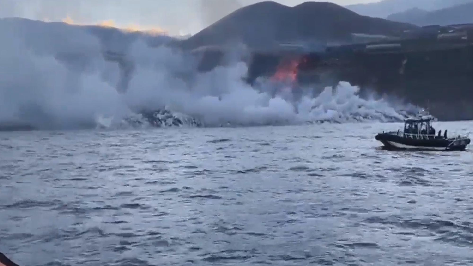 VÍDEO: Río de lava de volcán en Canarias desemboca en el mar