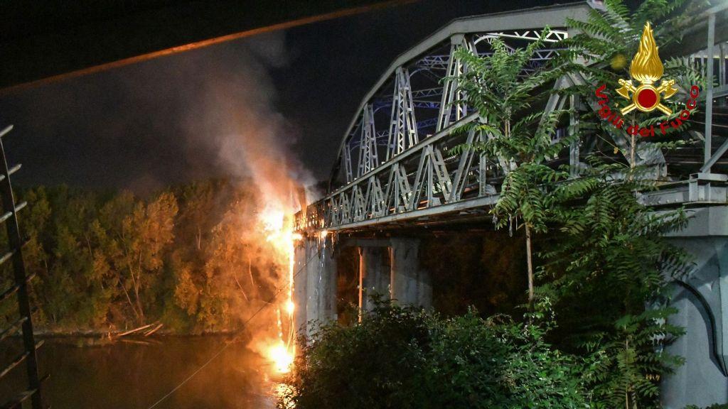 VIDEO: Fire Damages Historic Iron Bridge In Rome