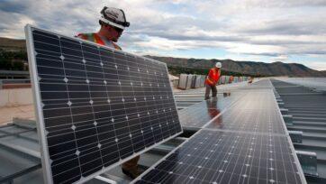 strongTrabajadores instalan paneles solares fotovoltaicos en el techo del edificio de Apoyo a la Investigación del Laboratorio Nacional de Energías Renovables, en Golden, Colorado en 2013. (Fuente: Departamento de Energía de Estados Unidos)/strong