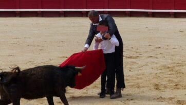 strongUn estudiante aprende maniobras de un instructor durante una becerrada, en la Escuela Taurina de Béziers. (COLBAC/Zenger)/strong
