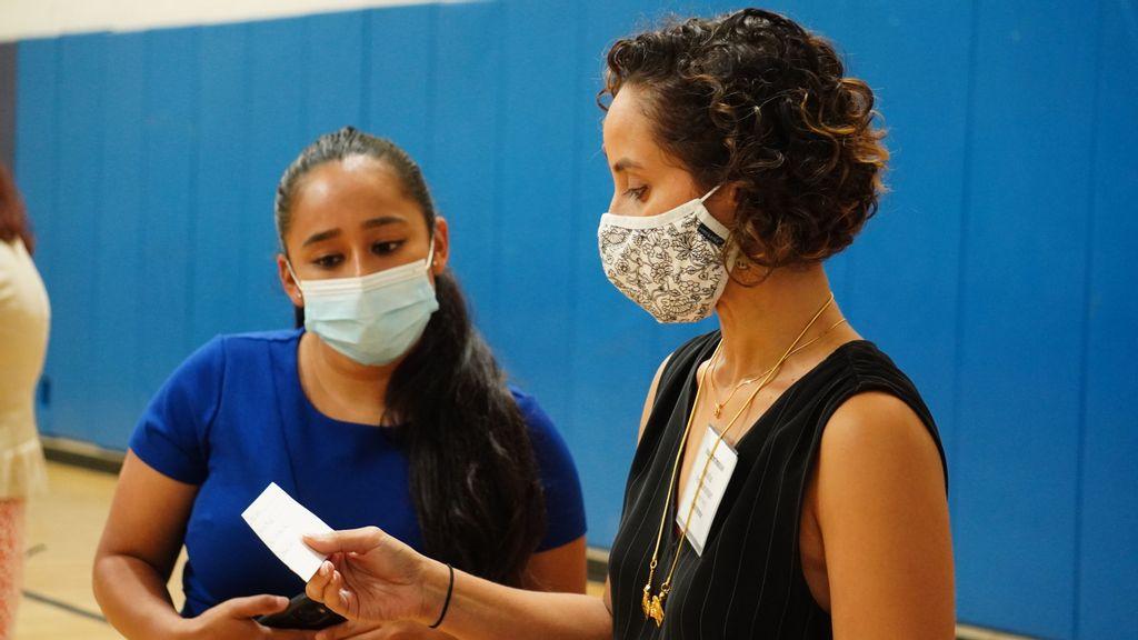 strongLa Comisionada de Justicia Racial  Yesenia Mata, a la izquierda, y la directora, Anusha Venkataraman conversan durante una sesión reciente para escuchar las preocupaciones del público. (Cortesía de la Comisión de Justicia Racial de la Ciudad de Nueva York)/strong
