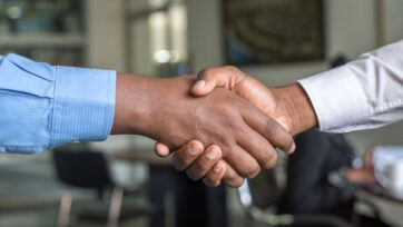 strongLos líderes eficaces conocen el poder de las buenas conexiones y cómo emplearlas para ganar más clientes. (Cytonn Photography/Unsplash)/strong