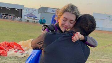 strongLa paracaidista brasileña Raquel Zendron con su esposo Jefferson Lages, después de un exitoso salto con su condición de tetrapléjica. (Raquel Zendron/Zenger)/strong