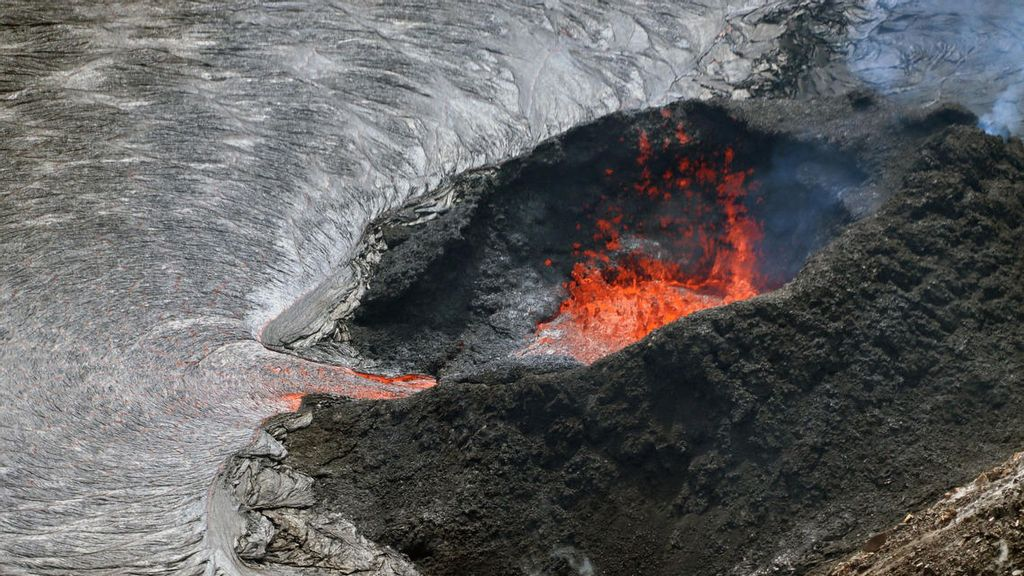 VIDEO: Hawaii Five-Flow: Quake And Poison Gas Risks Still High At Volcano Summit