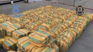 Estos fardos de cocaína fueron incautados de un velero en el océano Atlántico, en la costa de la península ibérica. (Policía española y portuguesa/Zenger)