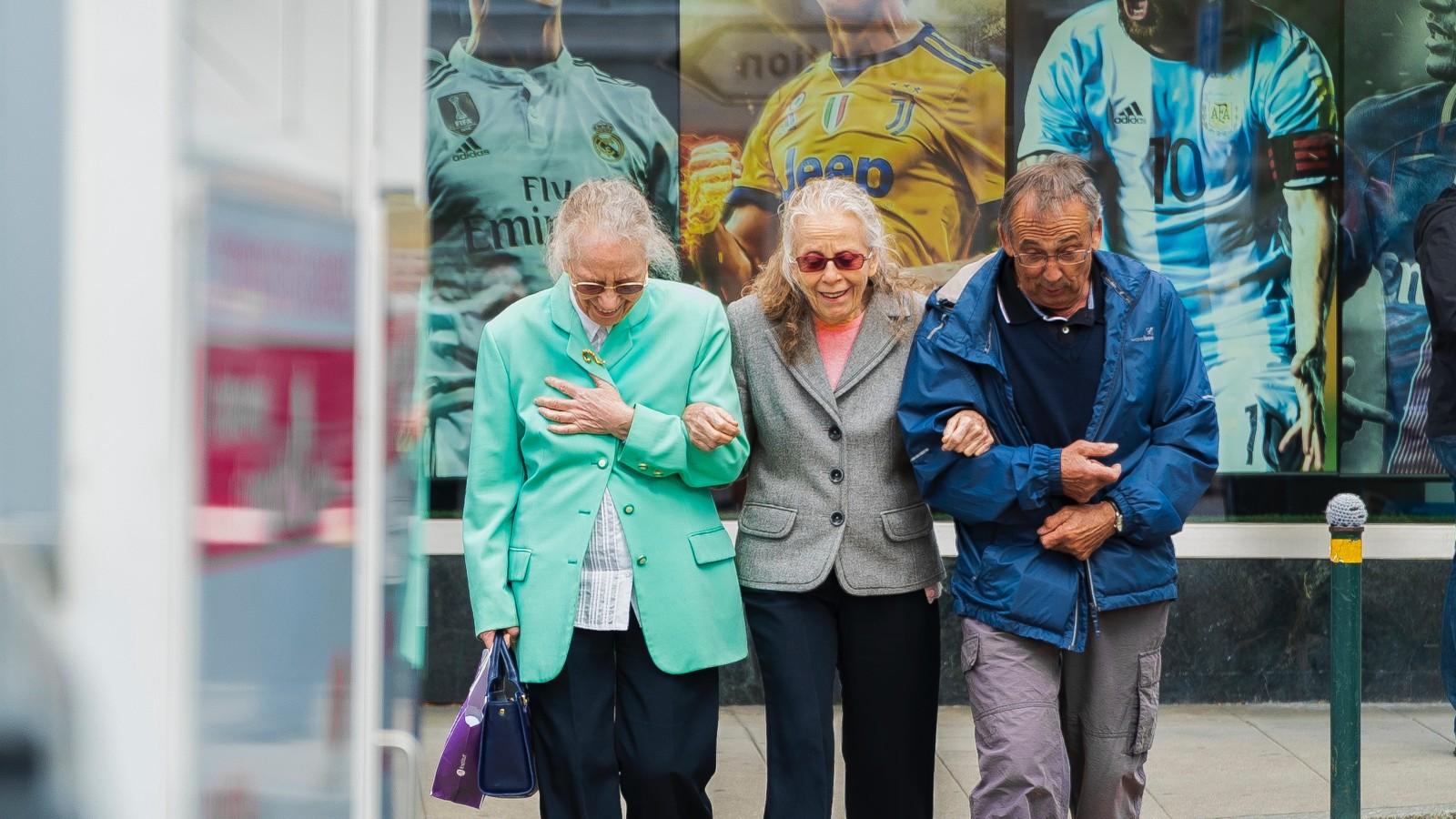 Estimular el cerebro puede ayudar a las personas mayores a caminar y hablar al mismo tiempo