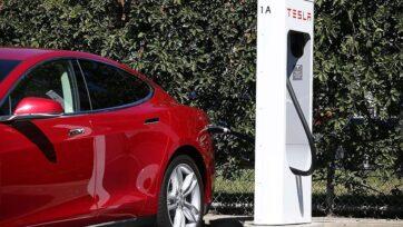 Los vehículos eléctricos son cada vez más populares, pero se discute su huella ecológica real. (Justin Sullivan/Getty Images)