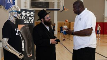 Healables CEO Moshe Lebowitz speaking to former NBA coach and player Ed Pinckney. Healables app was designed to integrate smart textiles, electronics and software to reduce inflammation, accelerate healing and relieve pain, while eliminating travel time for physical therapy. (Courtesy of Healables)